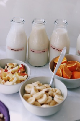 Milch Auswahl und frisches Obst