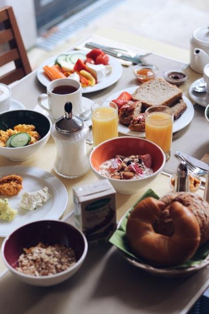 Gesamter Frühstückstisch